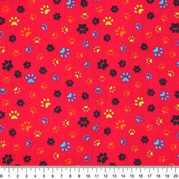 Tecido-Tricoline-Pegadas-Coloridas-Fundo-Vermelho-Della-Aviamentos-9465.