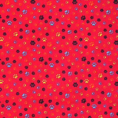 Tecido-Tricoline-Pegadas-Coloridas-Fundo-Vermelho-Della-Aviamentos-9465